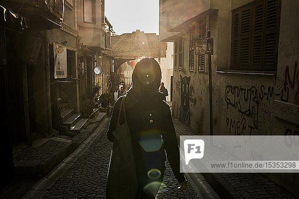 Frau in einer Gasse auf der Straße  Karaköy  Türkei