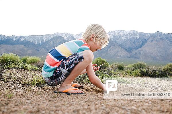 Junge erkundet ländliche Landschaft  Olancha  Kalifornien  USA