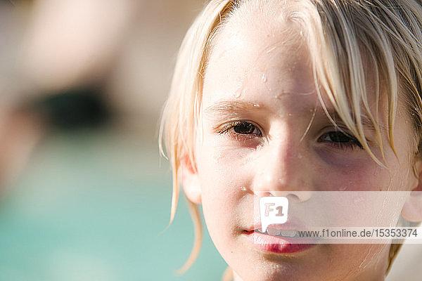 Porträt eines Jungen  Schwimmbad im Hintergrund