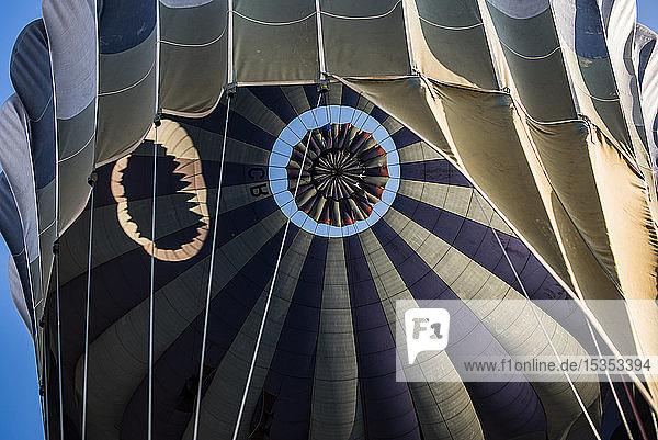 Heissluftballon wird zum Flug vorbereitet