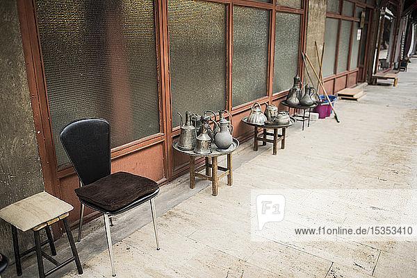 Ausstellung verschiedener Kessel entlang des Gehweges  Arasta-Basar  Istanbul  Türkei