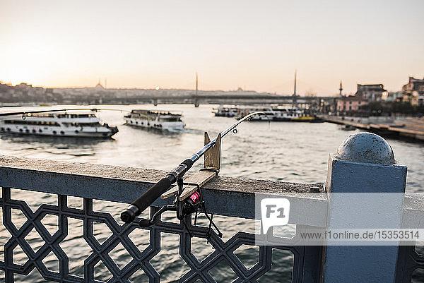 Angelrute  Galata-Brücke  Karaköy  Türkei