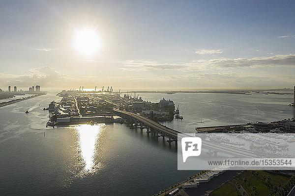 Hafen von Miami bei Sonnenuntergang  Luftaufnahme  Miami  Florida  Vereinigte Staaten