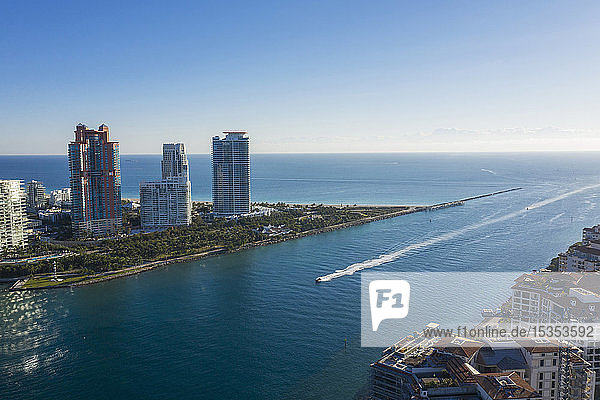 Wolkenkratzer an der Küste von Miami Beach  Luftaufnahme  Miami  Florida  Vereinigte Staaten