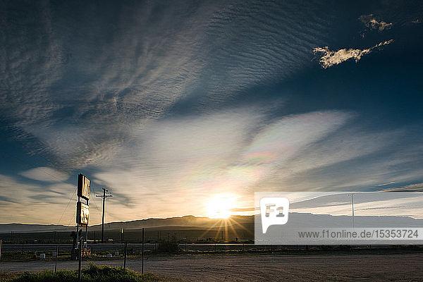 Dicke dunkle Wolken über der Wüstenlandschaft  Olancha  Kalifornien  USA