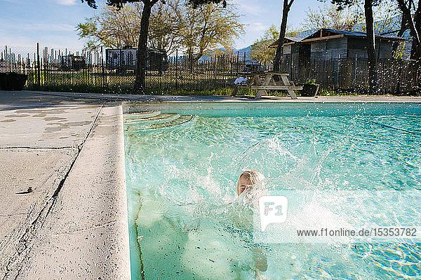 Junge plätschert im Schwimmbad  Olancha  Kalifornien  USA