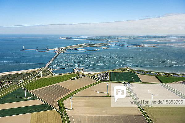 Das berühmte Oosterscheldekering-Flutwehr und Felder mit Windturbinen im Hintergrund  Luftaufnahme  Vrouwenpolder  Zeeland  Niederlande