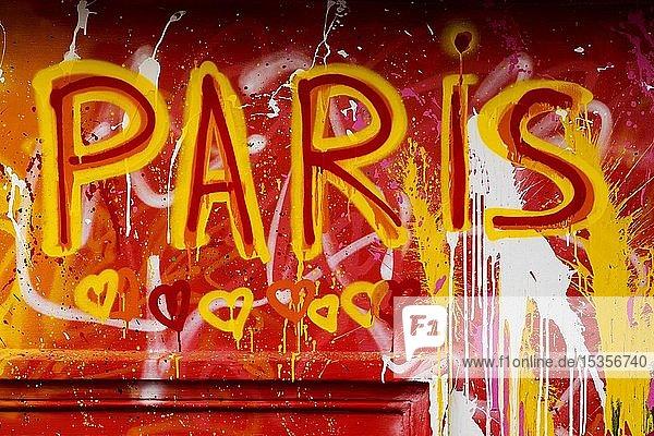 Street Art  bunt bemalte Hauswand mit Herzen und Schriftzug Paris  Montmartre  Paris  Ile-de-France  Frankreich  Europa