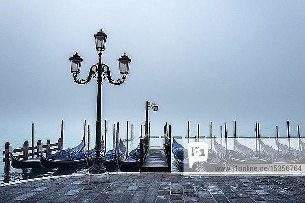 Gondeln im Nebel am Markusplatz  Venedig  Italien  Europa