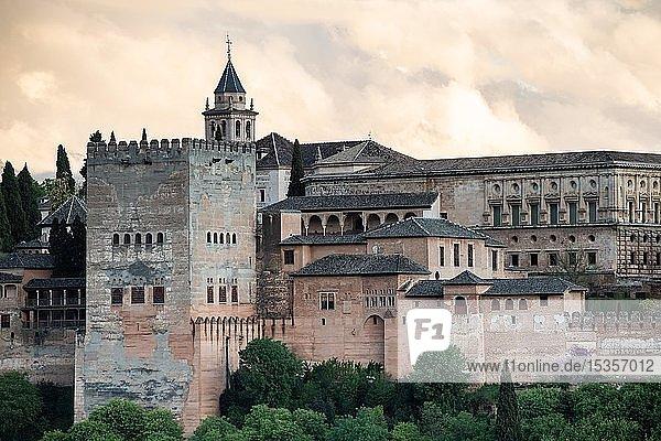 Maurische Stadtburg Alhambra  Nasriden-Paläste  Palast Karl des Fünften  Granada  Andalusien  Spanien  Europa