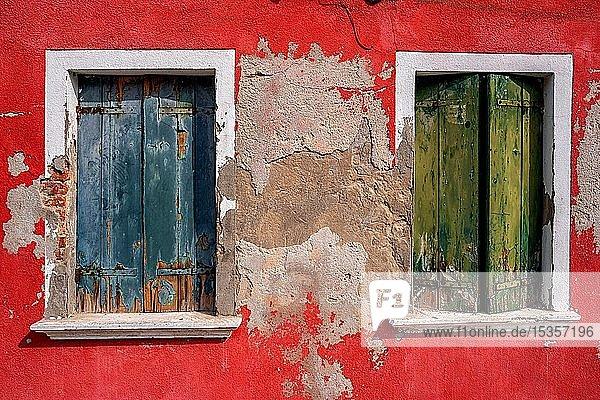 Verfallene bunte Hausfassade mit alten Fensterläden  Burano  Venedig  Italien  Europa
