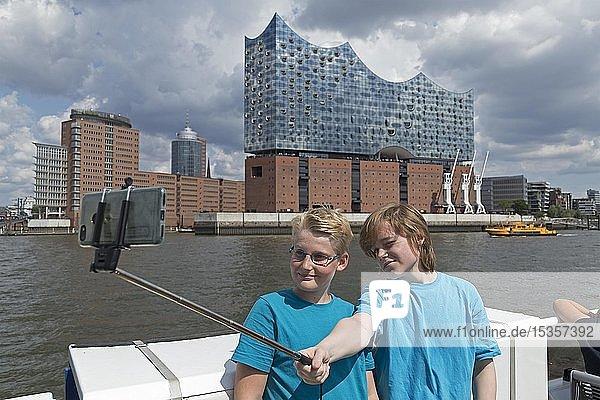 Jugendliche machen Selfie vor der Elbphilharmonie  Hamburg  Deutschland  Europa