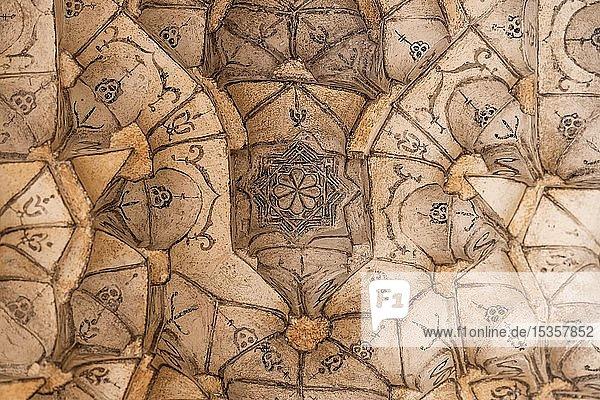Decke mit Gipsverzierungen  Eingangsportal  Corral del Carbón  Karawanserei aus maurischer Zeit  Granada  Andalusien  Spanien  Europa