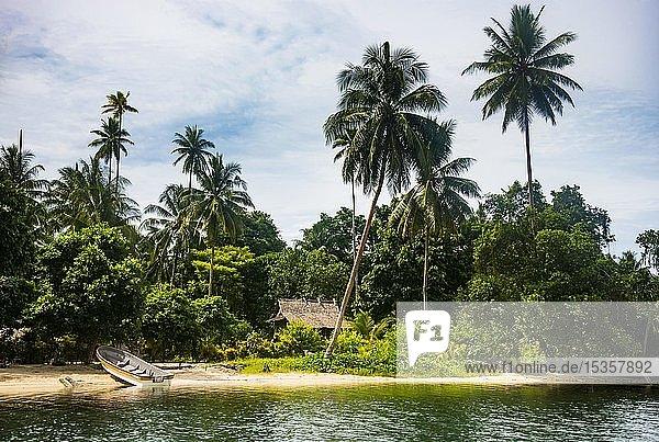 Hütte mit Strohdach am Kanal zwischen der Zwillingsinsel vor der Küste von Kavieng  Neuirland  Papua-Neuguinea  Ozeanien