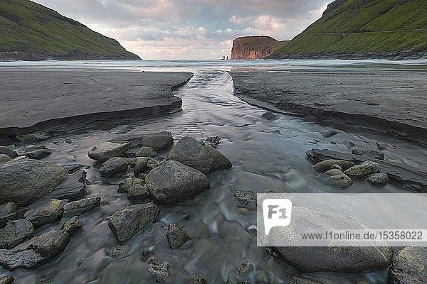 Schwarzer Sandstrand von Tjörnuvik  Streymoy  hinten Felsnadeln Risin und Kellingin im Meer  Steilküste von Eysturoy  Färöer-Inseln  Føroyar  Dänemark  Europa