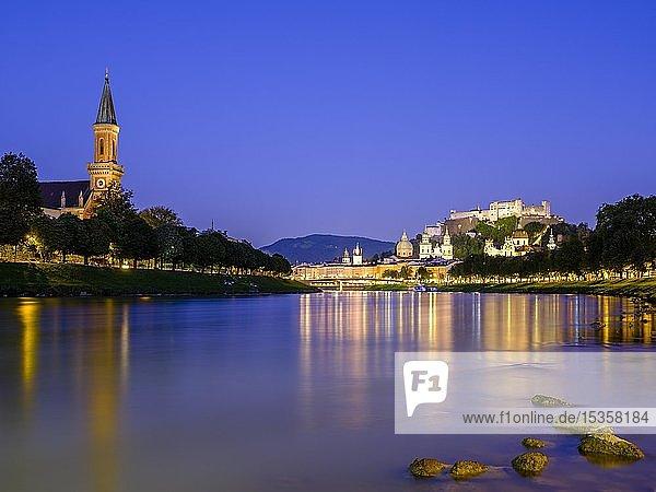 Stadtansicht  Altstadt und Festung Hohensalzburg über dem Fluss Salzach bei Dämmerung  Salzburg  Land Salzburg  Österreich  Europa