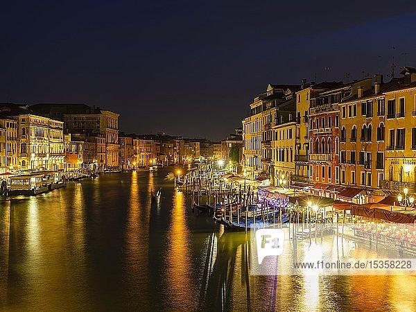 Canal Grande im Abendlicht von der Rialto Brücke  Venedig  Veneto  Italien  Europa