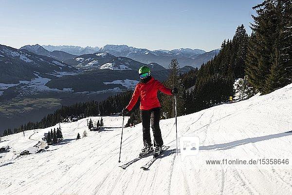 Skifahrerin steht auf der Skipiste  SkiWelt Wilder Kaiser  Brixen im Thale  Tirol  Österreich  Europa