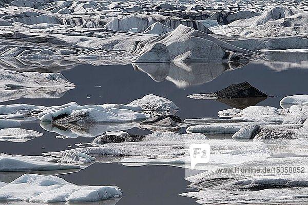 Gletschersee mit Eisschollen  Heinabergsjökull  Island  Europa