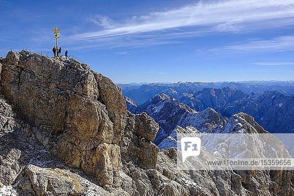 Wanderer am Gipfel mit Gipfelkreuz  Zugspitze  Alpenpanorama  Garmisch-Partenkirchen  Werdenfelser Land  Oberbayern  Bayern  Deutschland  Europa