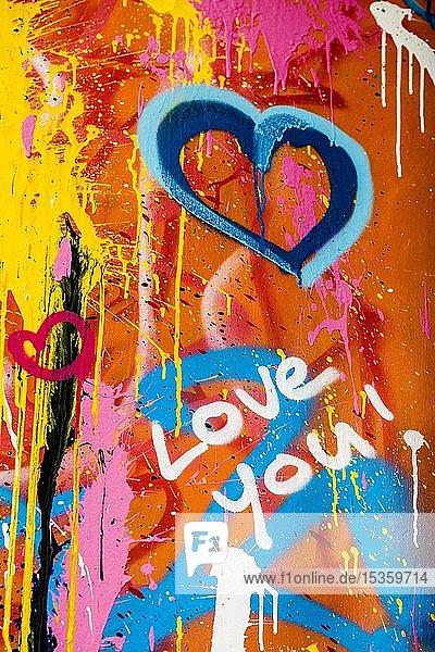 Street Art  bunt bemalte Hauswand mit Herzen und Schriftzug zum Thema Liebe  Montmartre  Paris  Ile-de-France  Frankreich  Europa