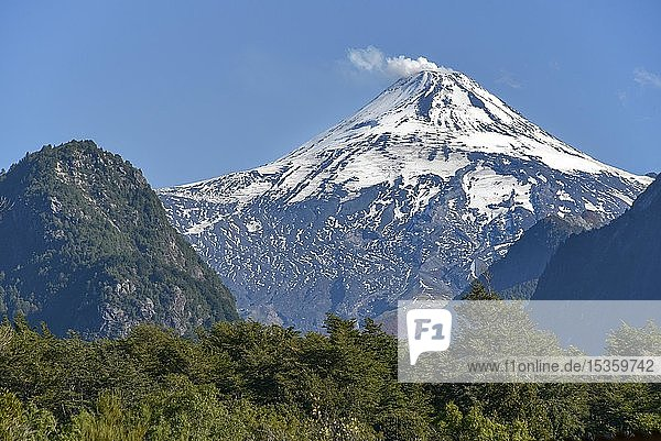 Rauchender und schneebedeckter Vulkan Villarrica  Pucon  Región de la Araucanía  Südchile  Chile  Südamerika