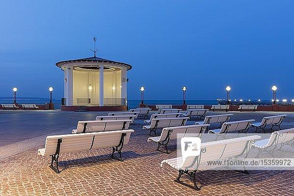Pavillon am Kurplatz bei Abenddämmerung  Strandpromenade  Binz  Ostseebad  Insel Rügen  Mecklenburg-Vorpommern  Deutschland  Europa