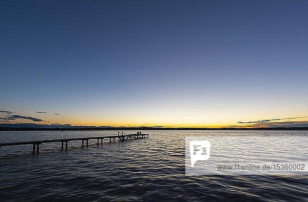 Sonnenuntergang am Starnberger See  Steg bei St. Heinrich  Fünfseenland  Oberbayern  Bayern  Deutschland  Europa