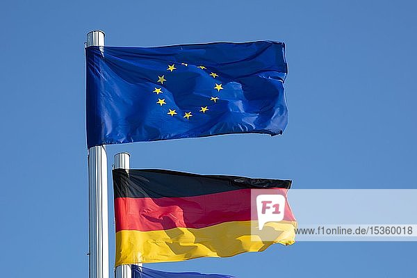 Wehende Europaflagge und Deutschlandflagge  Mecklenburg-Vorpommern  Deutschland  Europa