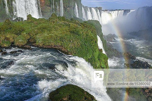 Blick vom Wasserfall Salto Santa Maria auf den Garganta del diablo mit Regenbogen  Teufelsschlund  Iguazu Fälle  Puerto Iguazu  Grenze zu Brasilien  Argentinien  Südamerika
