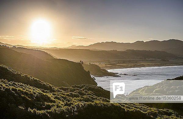 Küste in Abendstimmung am East Cape  Gisborne District  Nordinsel  Neuseeland  Ozeanien