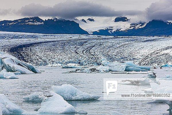 Eisberge in der Gletscherlagune des Gletschers Vatnajökull  Jökulsarlon  Südisland  Island  Europa
