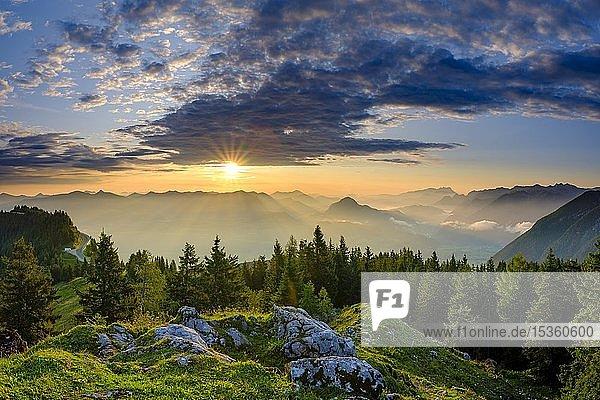 Ausblick bei Sonnenaufgang auf Alpenpanorama  Osterhorngruppe  Dachstein und Tennengebirge  Golling  Salzburger Land  Österreich  Europa