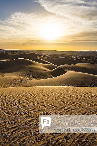 Sonnenuntergang in den riesigen Sanddünen der Sahara  Timimoun  Algerien  Afrika