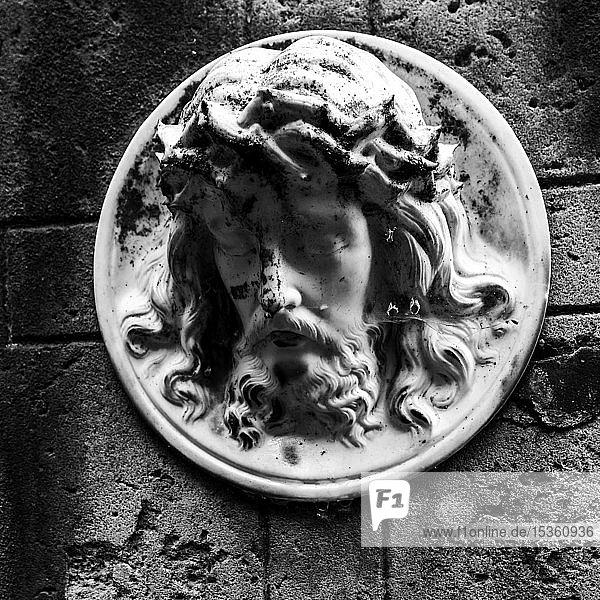 Gesicht von Jesus auf einem Grabstein im Friedhof neben der Geisterkirche von Lukova  Tschechien  Europa
