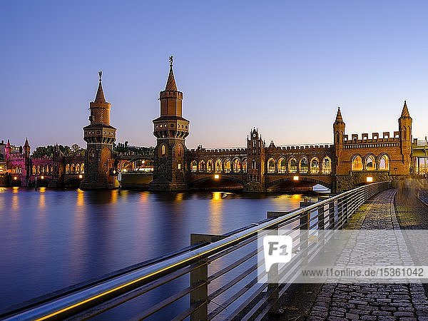 Oberbaumbrücke über die Spree im Abendlicht  zwischen Kreuzberg und Friedrichshain  Berlin  Deutschland  Europa