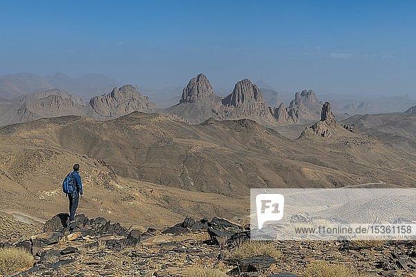Wanderer genießt die Berge von Assekrem  Tamanrasset  Hoggar-Berge  Algerien  Afrika