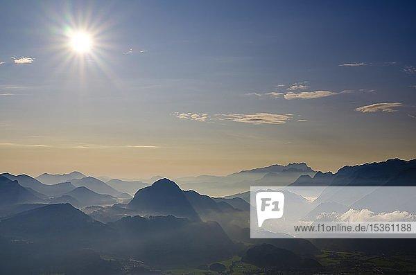 Ausblick auf Alpenpanorama  Osterhorngruppe  Dachstein und Tennengebirge  Salzachtal  Golling  Salzburger Land  Österreich  Europa