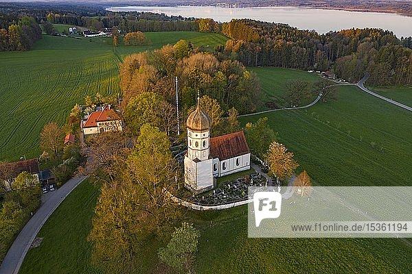 Kirche St. Johann Baptist im Morgenlicht  Holzhausen bei Münsing  hinten Starnberger See  Fünfseenland  Oberbayern  Bayern  Deutschland  Europa