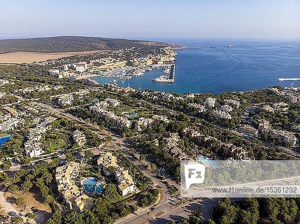 Luftaufnahme  Blick über Santa Ponca mit Villen auf den Yachthafen Port Adriano  Mallorca  Balearen  Spanien  Europa