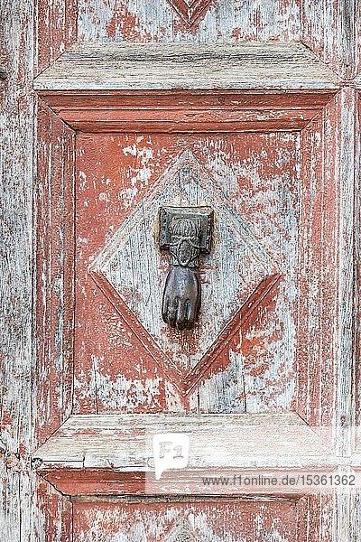 Alte Tür mit Türklopfer in Form einer Hand  Alhambra  Granada  Andalusien  Spanien  Europa
