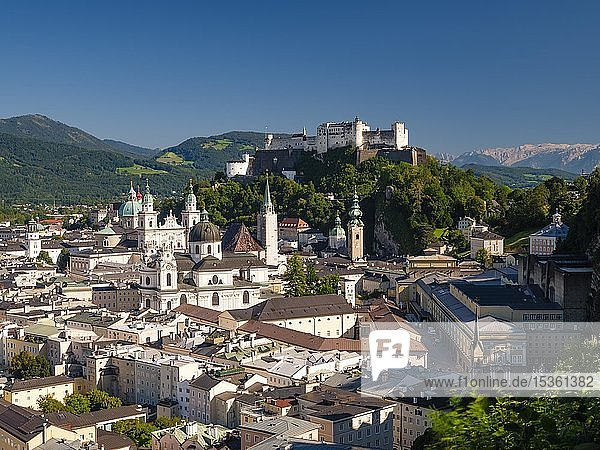 Stadtansicht  Altstadt und Festung Hohensalzburg  Stadt Salzburg  Salzburger Land  Österreich  Europa