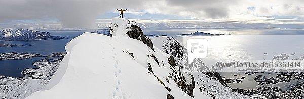 Bergsteiger auf dem Gipfel des Blåtinden  Svolvaer  Austvågøy  Lofoten  Norwegen  Europa