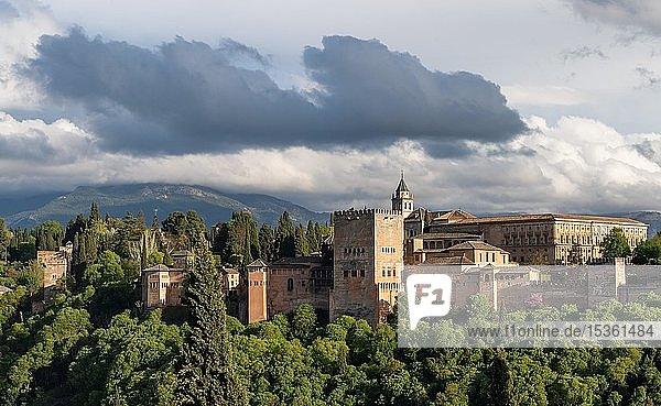 Maurische Stadtburg Alhambra mit Wolkenhimmel  Granada  Andalusien  Spanien  Europa