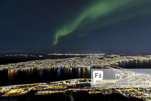 Beleuchtete Stadt und Polarlicht über dem Fjellheisen  Tromsö  Norwegen  Europa