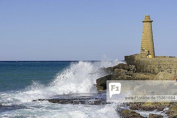Brandung mit Leuchtturm  Hafen von  Girne  Bezirk Kyrenia  Türkische Republik Nordzypern  Zypern  Europa