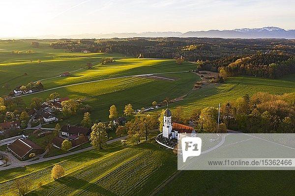 Holzhausen mit Kirche St. Johann Baptist im Morgenlicht  Holzhausen bei Münsing  Fünfseenland  Oberbayern  Bayern  Deutschland  Europa
