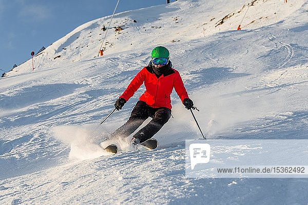 Skifahrerin fährt steile Abfahrt im Kurzschwung  schwarze Piste  SkiWelt Wilder Kaiser  Brixen im Thale  Tirol  Österreich  Europa