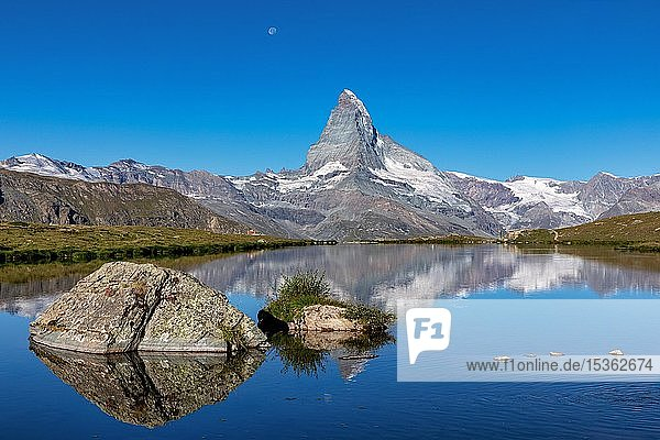 Matterhorn mit Wasserspiegelung im Stellisee  Zermatt  Wallis  Schweiz  Europa