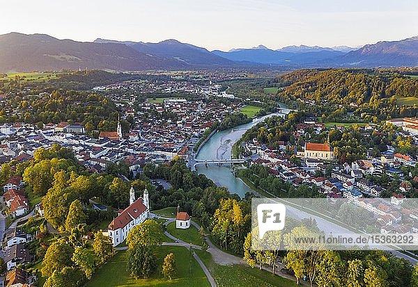 Bad Tölz mit Kalvarienberg und Isar im Morgenlicht  Isarwinkel  Luftbild  Oberbayern  Bayern  Deutschland  Europa